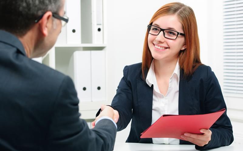 ¿Acabas de salir al mercado laboral? Estos son tus derechos como trabajador