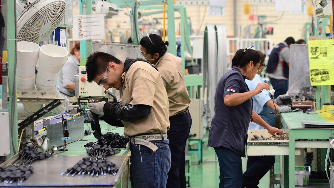 Mejorar salario mínimo y derechos de trabajadores, retos de gobierno