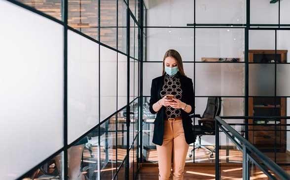 Sin presupuesto, empresas adaptan oficinas a era covid