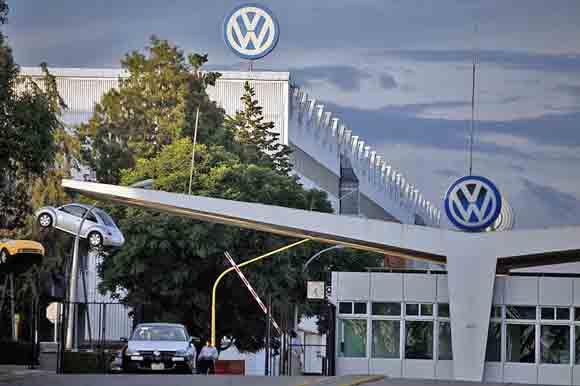 Volkswagen para producción en Puebla por falta de materiales